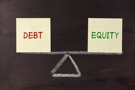 equity: Deuda y concepto Equidad Equilibrio en la pizarra.