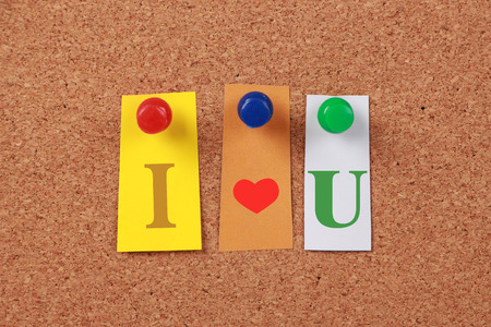 i love u: Le texte �I love U� dans d�coup� lettres de magazines �pingl�s � un tableau de li�ge.