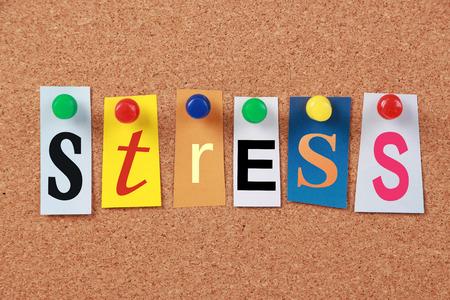 bulling: La palabra estrés en recortar letras del compartimiento fijadas a un panel de corcho.