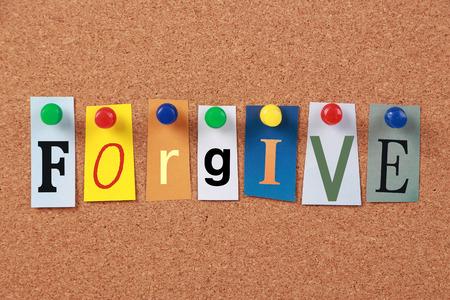 d�livrance: Le mot pardonner d�couper les lettres de magazines �pingl�s � un tableau de li�ge.