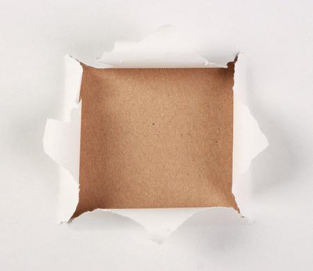Notitie papier achtergrond onder witte scheur papier.