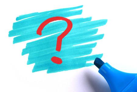 白い背景の青いマーカーで疑問符。