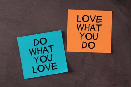 'Liefde wat je doet en doen wat je graag' notities geplakt op het bord.