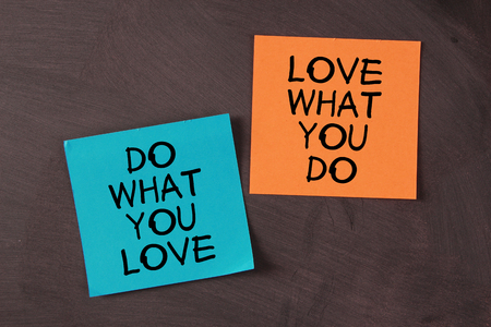 """trabajo: """"Ama lo que haces y hacer lo que amas"""" notas pegadas en la pizarra."""