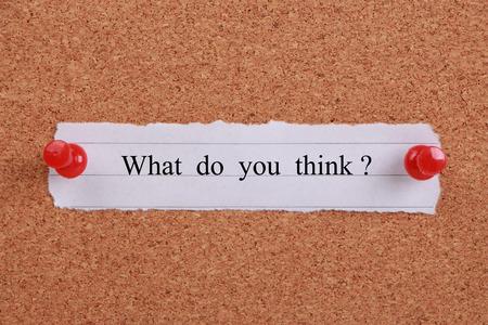 'Wat denk jij?' notitie vastgezet op kurk. Stockfoto