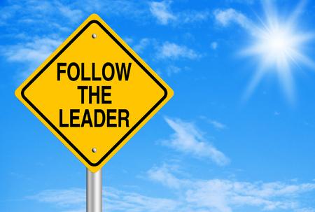lider: Siga el texto de directriz es el signo de la carretera con fondo de cielo azul. Foto de archivo