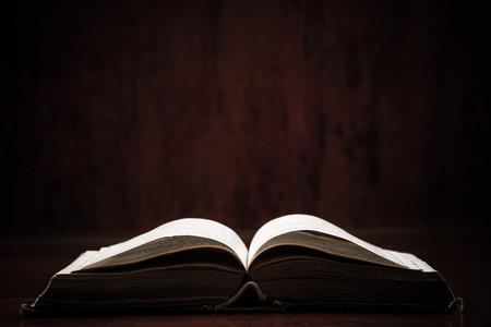 libros abiertos: Abrir Santa Biblia en una mesa. Ideal para un mensaje de texto.