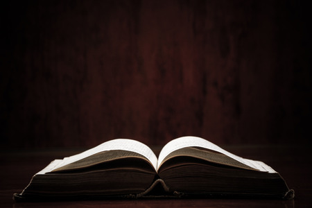 bible ouverte: Ouvrir sainte bible sur une table. Idéal pour un SMS.