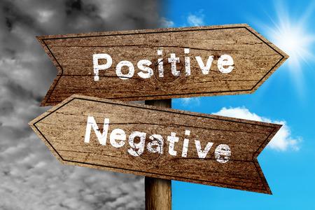 actitud positiva: Positivo o negativo signo concepto de carreteras con fondo de cielo nublado y soleado.