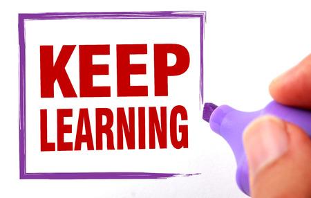 Houd het leren van de tekst is ondertekend door marker op wit papier.