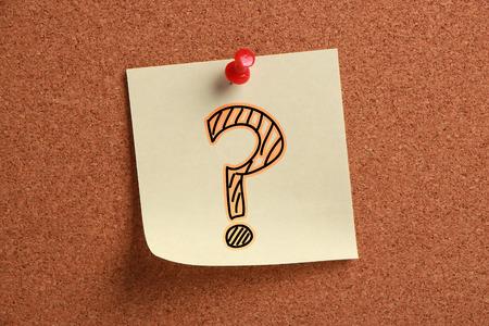 signo de pregunta: Signo de interrogaci�n signo nota adhesiva est� clavado en el corcho. Foto de archivo