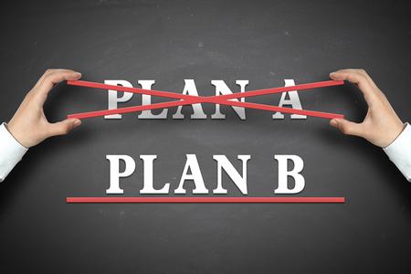 tachado: Empresario selecciona el concepto de plan B en la pizarra. Foto de archivo