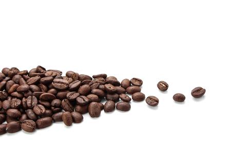 Sommige koffiebonen is geïsoleerd op een witte achtergrond.