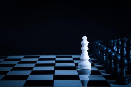 chess: Uno de ajedrez se queda contra el ejército completo de piezas de ajedrez.