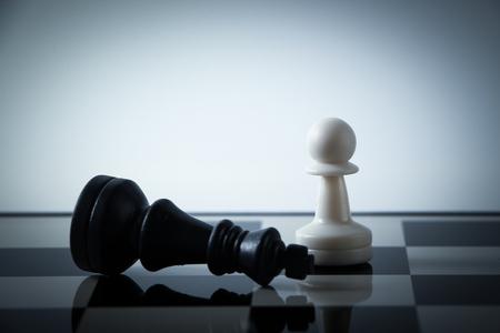 chess: Piezas de ajedrez en el tablero con gradualmente variado fondo. Concepto de estrategia. Foto de archivo