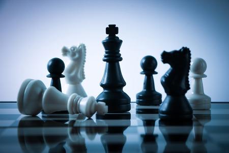 jugando ajedrez: Piezas de ajedrez en el tablero con gradualmente variado fondo. Foto de archivo