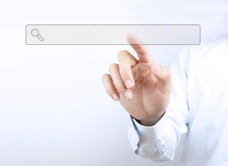 사업가 자신의 손가락으로 가상 화면에 검색 창을 터치한다. 스톡 콘텐츠