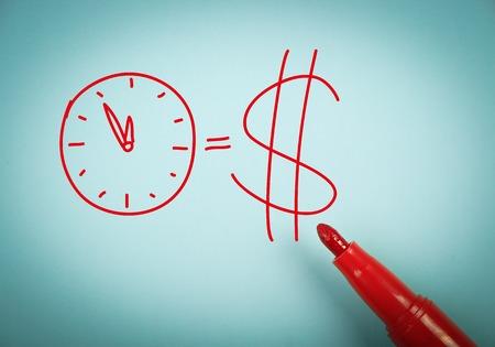 pieniądze: Czas jest koncepcja pieniędzy jest na niebieskim papierze z czerwonym znacznikiem na bok.