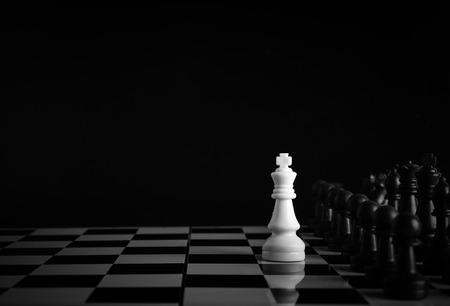 ajedrez: Uno de ajedrez se queda contra el ejército completo de piezas de ajedrez.