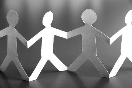 holding hands: Grupo de hombres de papel son la celebraci�n de las manos. Concepto de las personas. Foto de archivo