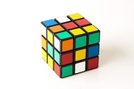 Rubik's Cube is geïsoleerd op een witte achtergrond.