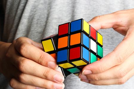Nahaufnahme Bild von einem Mann, ein Rubik Cube spielen. Standard-Bild - 43350070