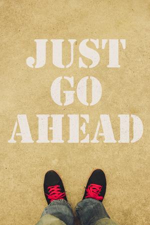 seguir adelante: S�lo tienes que ir por delante de texto est� pintado en el suelo delante de los pies.