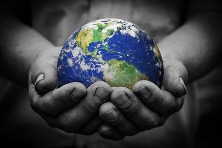 mundo manos: Hombre que sostiene un globo de tierra en sus manos.