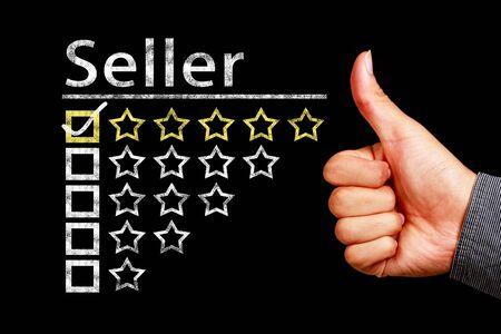 blackboard: El mejor concepto del vendedor en la pizarra con el pulgar arriba