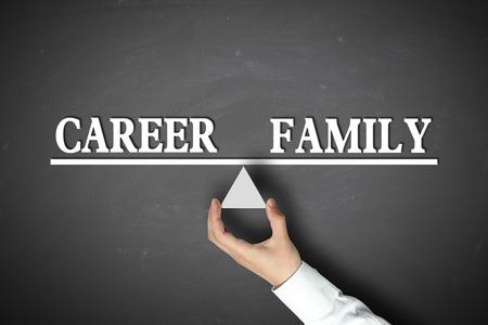 balanza: Concepto de carrera Equilibrio Familia con escala retenido por el empresario mano contra el fondo de la pizarra. Foto de archivo