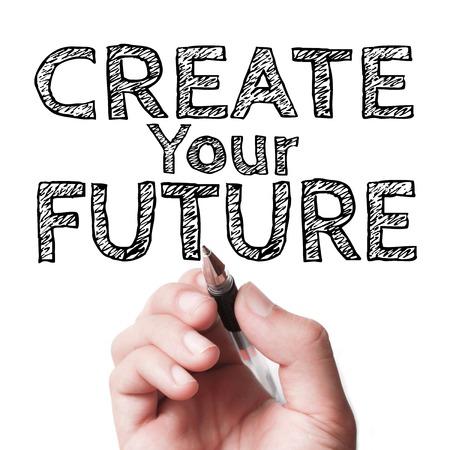 Hand met pen het schrijven van de tekst Maak je toekomst op de transparante whiteboard.