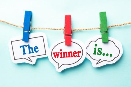 ganador: El ganador es el habla documento conceptual burbujas con la l�nea en el fondo azul claro. Foto de archivo
