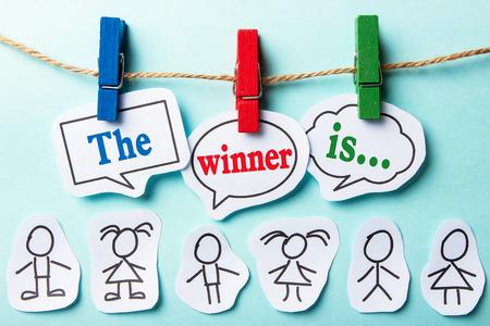 De winnaar is papier tekstballonnen met papier mensen Stockfoto