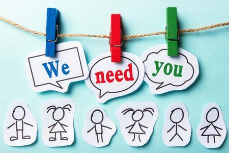 Wir brauchen Sie Papier Sprechblasen mit Papier Menschen Standard-Bild - 44379441