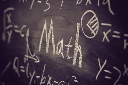 matematica: Texto de matem�ticas con algunas f�rmulas matem�ticas sobre fondo de pizarra.