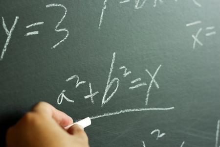 先生は黒板に vaus 高校数学数式を書きます。