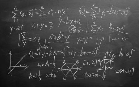 simbolos matematicos: Fórmulas matemáticas escritas por tiza blanca sobre el fondo de la pizarra.