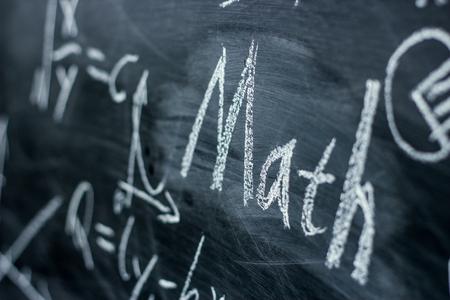 simbolos matematicos: Texto de matemáticas con algunas fórmulas matemáticas sobre fondo de pizarra.