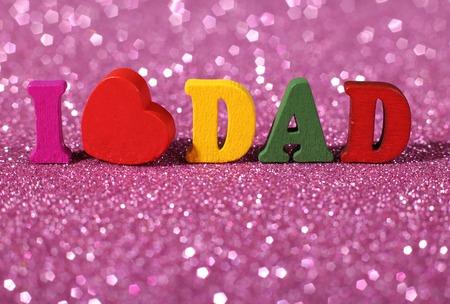 agradecimiento: Colorido palabra amo papá de pie en el fondo brillante.