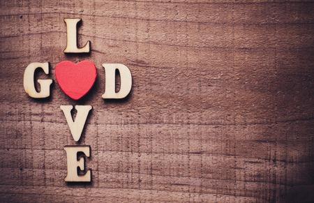 wort: Gott ist die Liebe Konzept Text auf der rustikalen hölzernen Hintergrund liegen.