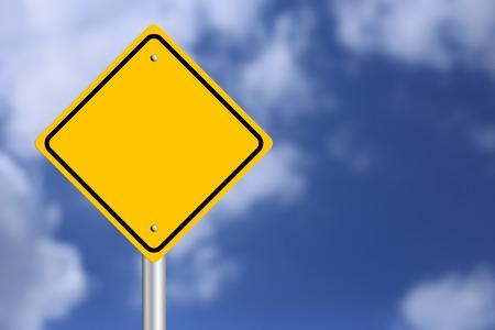warning: Blank gelben Schild mit blauem Himmel Hintergrund.