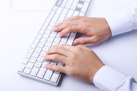 teclado de computadora: Primer plano de hombre de negocios manos escribiendo en el teclado del ordenador. Foto de archivo