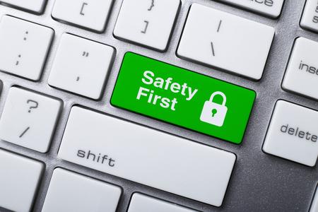 Close-up foto van Safety First knop van een modern keyboard. Stockfoto