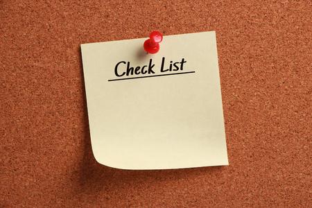 cheque en blanco: En blanco Lista de verificación se fija en el tablero de corcho. Foto de archivo