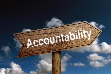 Houten verkeersbord met de tekst Accountability tegen blauwe wolkenlucht. Stockfoto