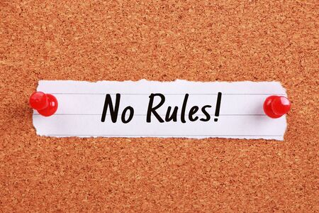 Texto No hay reglas escritas en un papel nota fijada en el tablero de corcho.