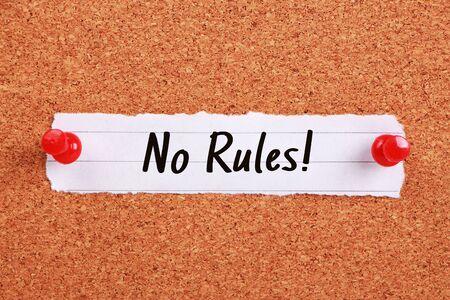 edicto: Texto No hay reglas escritas en un papel nota fijada en el tablero de corcho.