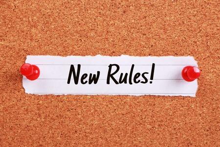 Tekst Nieuwe regels geschreven op nota papier gevestigd op het prikbord.