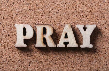 arrepentimiento: texto rezar madera es en el fondo tablero de corcho. Foto de archivo