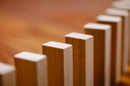 Un sacco di blocco di legno in piedi in una linea. Effetto domino Concetto